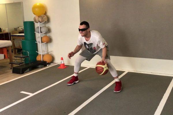 Allenamento visio-motorio di un giocatore di basket professionista